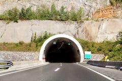 Scenisk sikt på ingången till tunnel- och huvudvägvägen som igenom leder i Kroatien, Europa royaltyfri bild