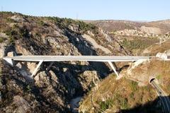 Scenisk sikt på motorwaytunnelen och brohuvudvägvägen som igenom leder i Kroatien, Europa/transport- och trafikinfrastruktur royaltyfria foton