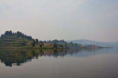 Scenisk sikt på sjön Bunyonyi, Uganda Arkivbild
