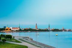 Scenisk sikt till Promenad av daugavaen, i Riga, Lettland för detaljkupol för klocka kyrklig sikt för torn för torn Royaltyfri Bild