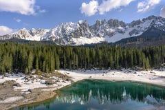 Scenisk sjö ital Carezza Lago di Carezza - saga sjön av dolomitesna, Italien royaltyfri foto