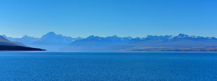 Scenisk sjö Pukaki och omgeende berg i Mackenzie Basin Arkivbilder