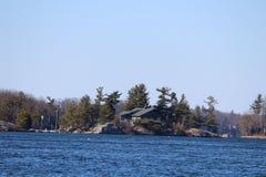 Scenisk skönhet från havet med land och kusten Royaltyfria Bilder