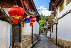 Scenisk smal gata i den gamla staden av Lijiang, Kina Royaltyfri Bild