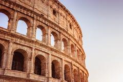 Scenisk solnedgång över Colosseumen Marmor välva sig fördärvar över en blå himmel, Rome, Italien arkivfoto