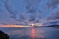 Scenisk solnedgång i den Tigullio golfen Cavi di Lavagna Liguria italy royaltyfri fotografi