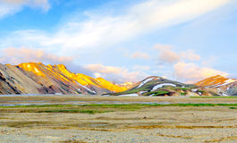 Scenisk soluppgång över icelandic berglandskap Landmannalaugar Fjallabak naturreserv royaltyfri bild