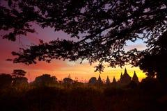 Scenisk soluppgång ovanför Bagan i Myanmar Arkivbild