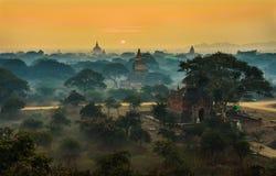 Scenisk soluppgång ovanför Bagan i Myanmar royaltyfri bild