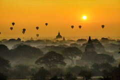 Scenisk soluppgång ovanför Bagan i Myanmar royaltyfria bilder