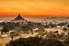 Scenisk soluppgång ovanför Bagan i Myanmar royaltyfria foton