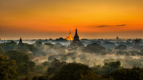 Scenisk soluppgång ovanför Bagan i Myanmar royaltyfri foto