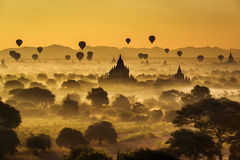 Scenisk soluppgång ovanför Bagan i Myanmar arkivfoto