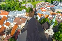 Scenisk sommarpanorama av staden Tallinn, Estland arkivbild