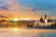 Scenisk sommarsikt av de gamla stadbyggnaderna, Charles bron och Vltava floden i Prague under att förbluffa solnedgången, Tjeckie arkivfoto
