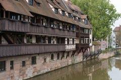 Scenisk sommarsikt av den tyska traditionella medeltida korsvirkes- gamla stadarkitekturen i Nuremberg royaltyfri foto