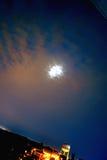 Scenisk stads- himmel för lutandemånenatt Royaltyfria Foton