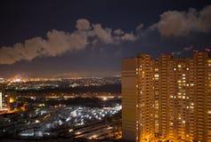 Scenisk stadssikt från hög poäng, industriella rör, rök Arkivfoto