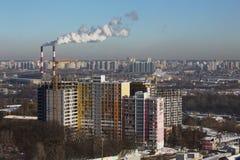 Scenisk stadssikt från hög poäng, industriella rör, rök Royaltyfria Bilder