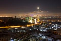 Scenisk stadssikt från hög poäng, industriella rör, rök Royaltyfri Fotografi