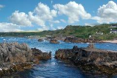 Scenisk stenig irländsk kust Arkivfoton