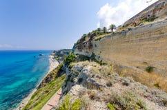Scenisk stenig kustlinje - Augusti 2016, Sicilien Royaltyfria Bilder