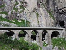 Scenisk stenig stångbro i schweiziska fjällängar i SCHWEIZ Royaltyfri Bild