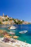 Scenisk strand på den grekiska ön av Symi Arkivbilder