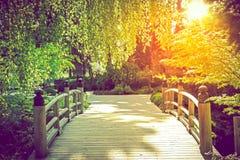 Scenisk trädgårds- bro Arkivbild