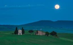 Scenisk tuscan sikt, Cappella della Madonna di Vitaleta Royaltyfria Foton