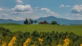 Scenisk tuscan sikt, Cappella della Madonna di Vitaleta Royaltyfria Bilder