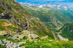 Scenisk väg för schweiziska fjällängar Arkivbilder