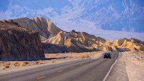 Scenisk väg i öknen av den Nevada - Death Valley nationalparken - DEATH VALLEY - KALIFORNIEN - OKTOBER 23, 2017 Royaltyfri Bild