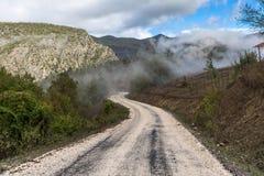 Scenisk väg i berg Arkivfoto