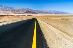 Scenisk väg i Death Valley Arkivfoto