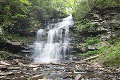 Scenisk vattenfall i Ricketts Glen State Park i Poconosen i P arkivfoto