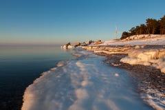 Scenisk vinter med windturbinen Arkivbilder