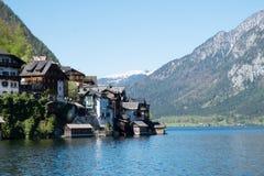 Scenisk vykorts- sikt av den berömda Hallstatt byn som reflekterar i Hallstattersee sjön i de österrikiska fjällängarna i härlig  royaltyfri bild