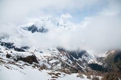 Scenisk vykorts- sikt av det berömda stället, det Grossglockner berget med molnet & dimma, Österrike Arkivbild