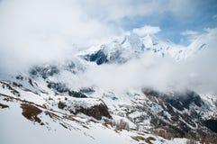 Scenisk vykorts- sikt av det berömda stället, det Grossglockner berget med molnet & dimma, Österrike Royaltyfri Fotografi