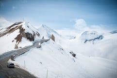 Scenisk vykorts- sikt av det berömda stället, det Grossglockner berget med molnet & dimma, Österrike Arkivfoton