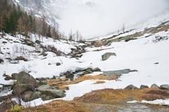Scenisk vykorts- sikt av det berömda stället, det Grossglockner berget med molnet & dimma, Österrike Arkivbilder