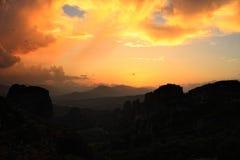 Scenisk wiew för solsken på Meteoraen Royaltyfri Fotografi