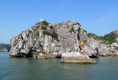 Sceniska öar i havet med fyren arkivbild