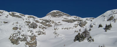 sceniska alpina berg Arkivfoton