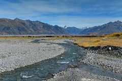Sceniska bergskedjor i Ashburton sjöregion i Nya Zeeland Royaltyfri Bild