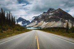 Sceniska Icefields Pkwy i den Banff nationalparken som leder till pilbågen Arkivbild