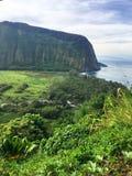 Sceniska klippor och hav på den Waipi'o dalen på den stora ön av Hawaii Royaltyfri Fotografi
