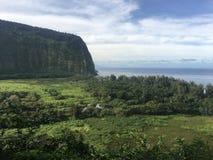 Sceniska klippor och hav på den Waipi'o dalen på den stora ön av Hawaii Arkivbild