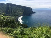 Sceniska klippor och hav på den Waipi'o dalen på den stora ön av Hawaii Royaltyfri Bild